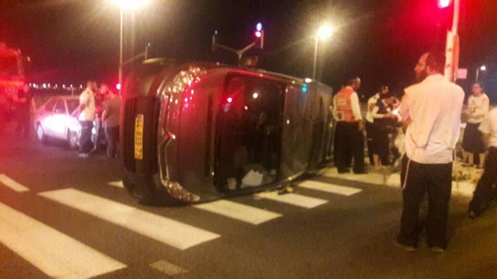 הרכב הפך במרכז הכביש (צילום: איחוד הצלה כרמל)