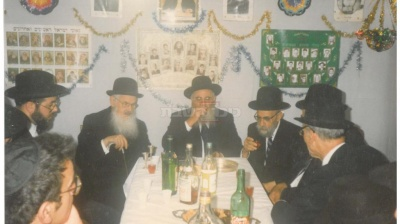 בסוכת אחיינו הרב מרדכי אליהו, בצד שמאל הרב משאש