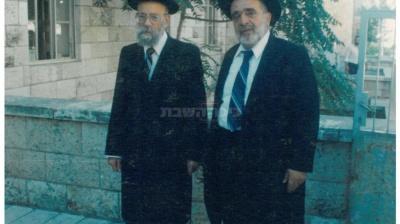 הרב עם הרב אבא שאול בחצר הישיבה. תמונה נדירה