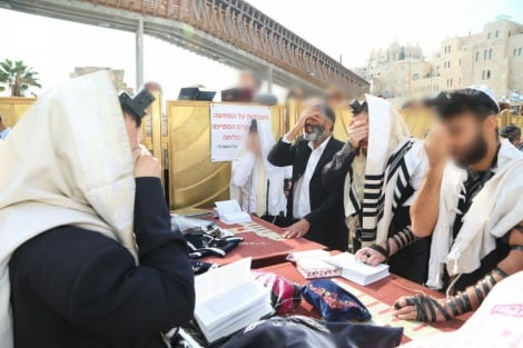 קבלת עול מלכות שמיים בכותל המערבי. צילום: יד לאחים