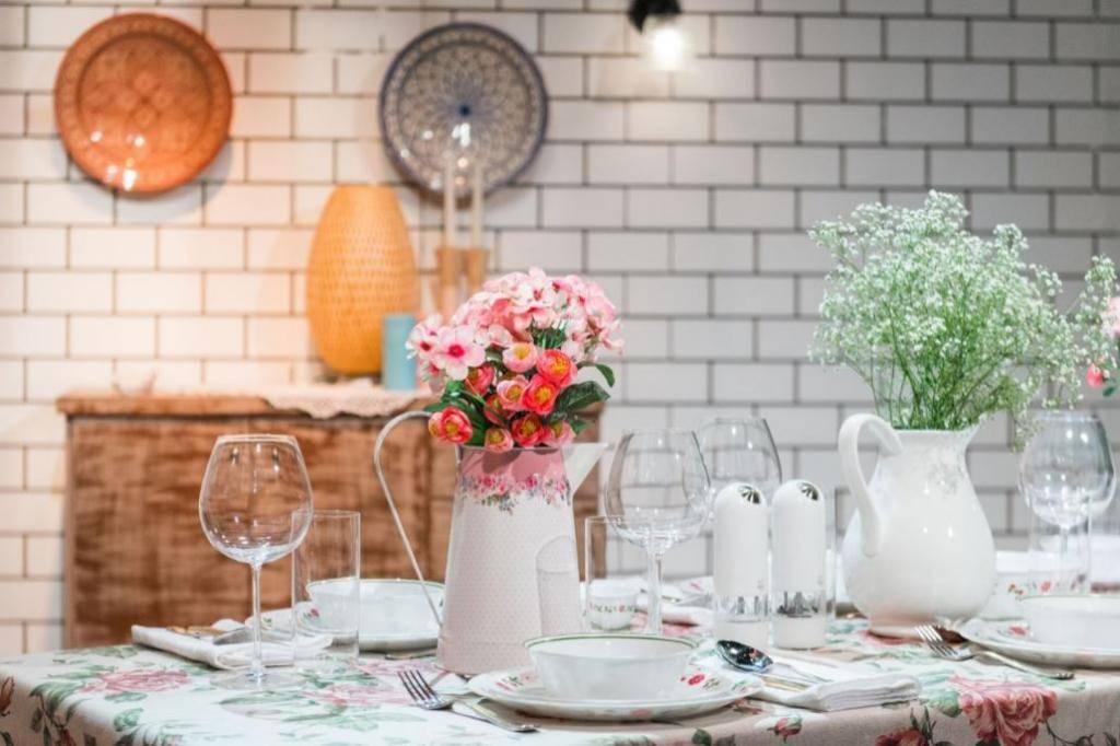 שולחן שבת בסגנון אביבי (צילום: נועם פריסמן)