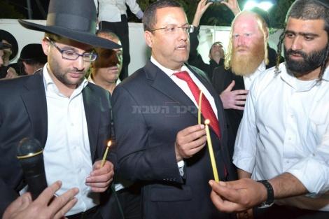 מימין לשמאל: ר' נורי חנניה - מנהל האתר, משה ליאון ויהונתן יוסף בהדלקה