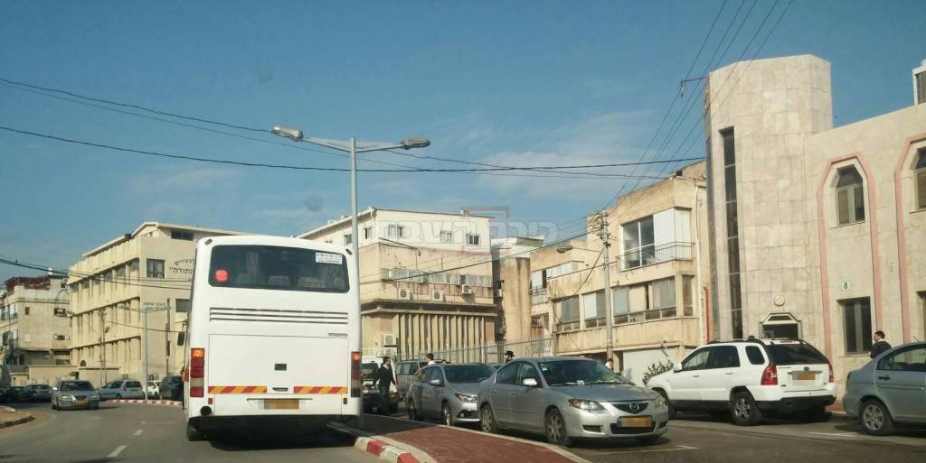 האוטובוסים ליד הישיבה, הבוקר
