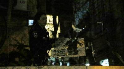 הסרת שלט נגד חיילים ברחוב יחזקאל שבירושלים, הערב (צילום: חיים גולדברג, כיכר השבת)