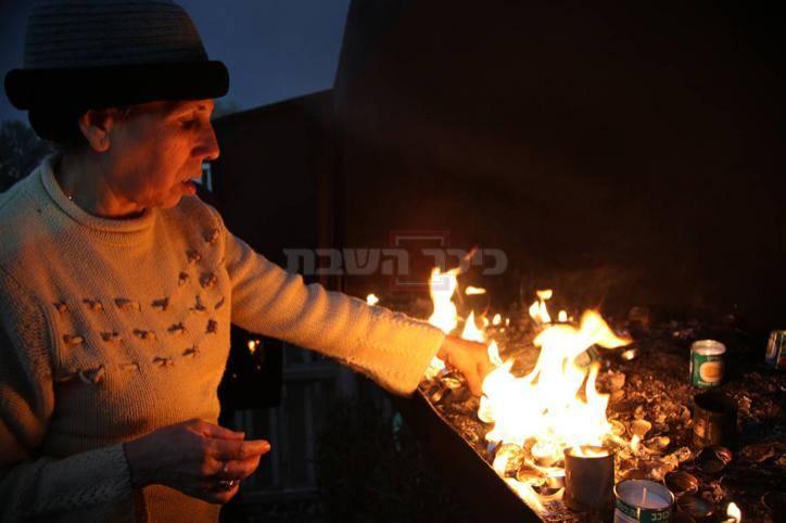 אישה בפולחן הדלקת נרות במהלך הילולת הבבא סאלי