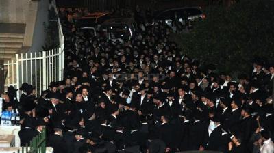 הספדים בכניסה לבית הכנסת 'שלייכער'