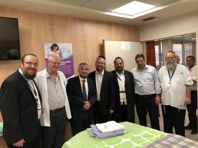 ראש העיר משה אבוטבול ומחזיק הבריאות סילברסטין עם נציגי המרכז הרפואי.