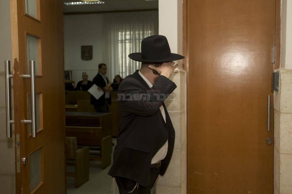 קורלנדסקי מנסה להסתיר את פניו (צילום: Yonatan Sindel/Flash90)