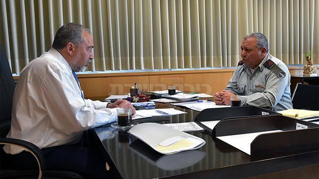 """פגישת עבודה ראשונה עם הרמטכ""""ל (צילום: אריאל חרמוני, משרד הביטחון)"""