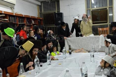 טיש משתה היין בחצר רבי אלימלך בידרמן (צילום: בעריש פילמר)