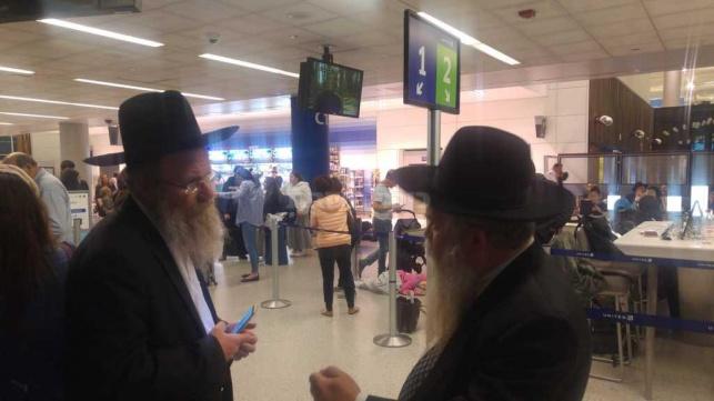 הרב מנדלסון והרב פינזל בשדה התעופה