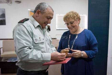 """הרמטכ""""ל מברך את הגברת מרים פרץ לאחר זכייתה בפרס ישראל למפעל חיים"""