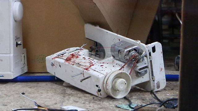 מכונת התפירה בה הוכה המחבל (צילום: דנה קופל, ynet)
