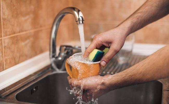 המעמד הגברי שלך לא יתערער אם תשטוף כלים מדי פעם. מניסיון (צילום: shutterstock)