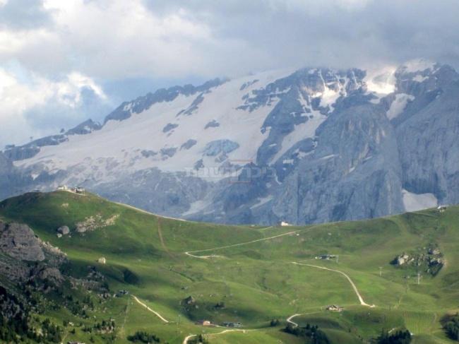 פאסו סלה,ברקע הר מרמולדה.