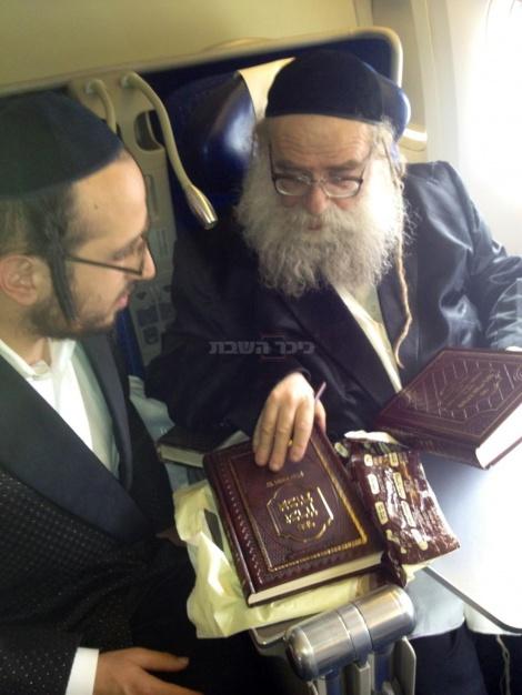 """האדמו""""ר מעניק לליפא ספר. צילום בלעדי: כיכר השבת"""