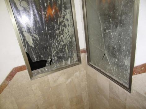 חלונות שבורים בבית הכנסת