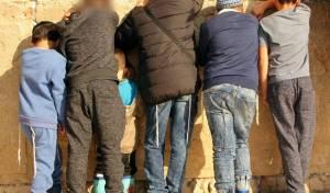 חמשת הילדים נושאים תפילה נרגשת בכותל המערבי