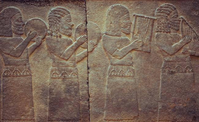 תחריט אשורי על אמנות ותרבות בבל במוזיאון באיסטנבול (צילום: Repina Valeriya / shutterstock)