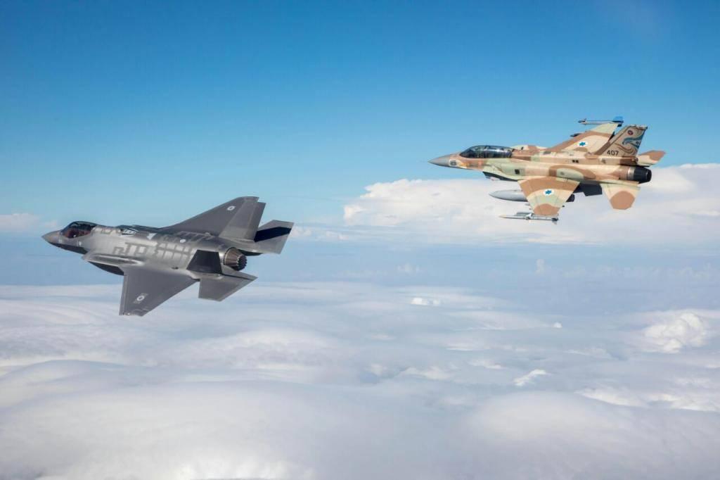 ה''אדיר'' F-35 מלוווה על ידי מטוס ''סופה''(צילום: חיל האוויר)