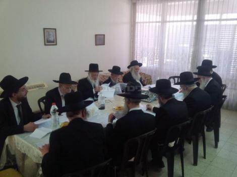 """הגרח""""ש ליבוביץ עם ראשי ישיבת פוניבז' בישיבה המכריעה לגבי קבלת בחורים"""