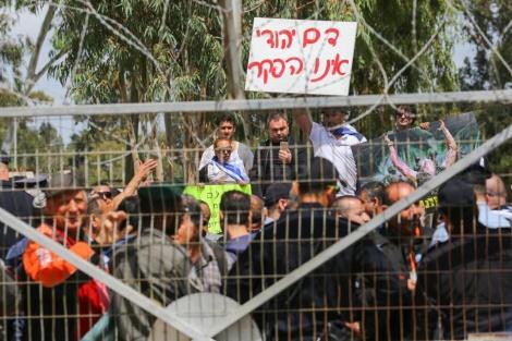 מאות הפגינו מחוץ לדיון (צילום: פלאש 90)