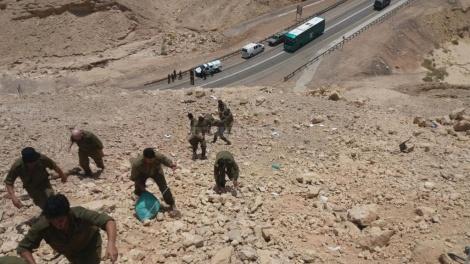 החיילים מפנים את התחמושת (צילום: מדברים תקשורת)