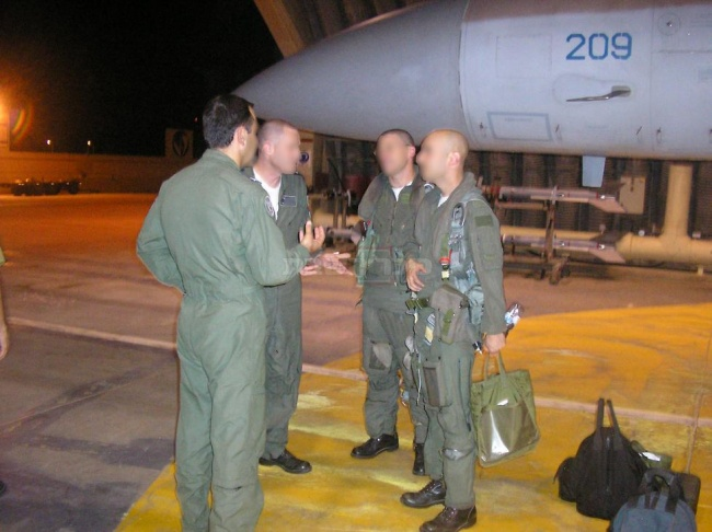 """טייסת 69 לפני תקיפת הכור בסוריה (צילום: דובר צה""""ל)"""