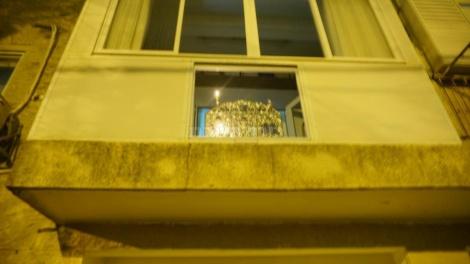 """החנוכייה בחנוכה תשע""""ט בביתו של אחיו ר' עזריאל אוירבך (באדיבות המצלם)"""