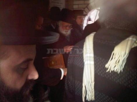 הרב אליעזר קסטנבוים בתפילה על הציון