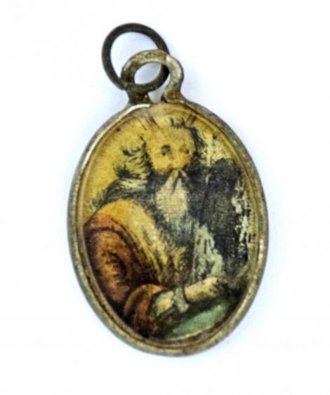 תליון מתכת מצופה זכוכית שעליו דמותו של משה רבנו האוחז בלוחות הברית (על צדו השני תפילת 'שמע')