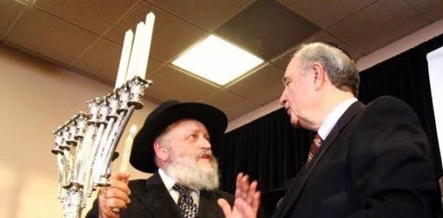 הרב זירקינד מדליק נר חנוכה עם ראש הממשלה הקנדי, לפני 9 שנים
