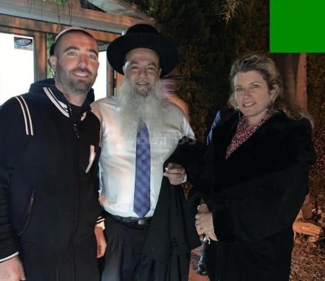 הרב יגאל כהן עם עומר אדם ואמו (צילום: מתוך אינסטגרם שרון אדם)