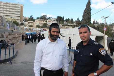 מנהל האתר נורי חנניה לצד מפקד המשטרה פאדי חלאב