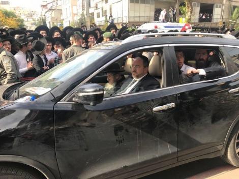 """הגר""""ד לנדו במסע הלוויה עם הרב רפי מנת (באדיבות המצלם)"""