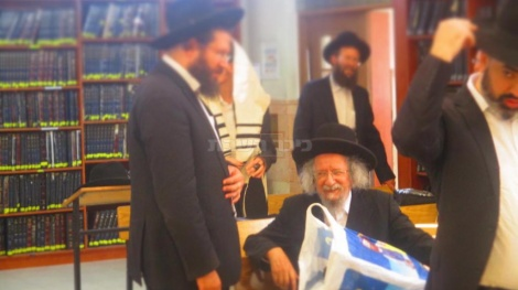 הגאון רבי זבולון שוב בבית הכנסת