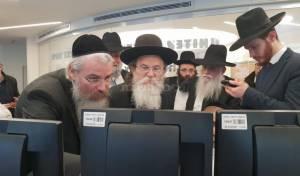 הרב שריאל רוזנברג  והרב אריה דביר בוחנים את המערכות מקרוב