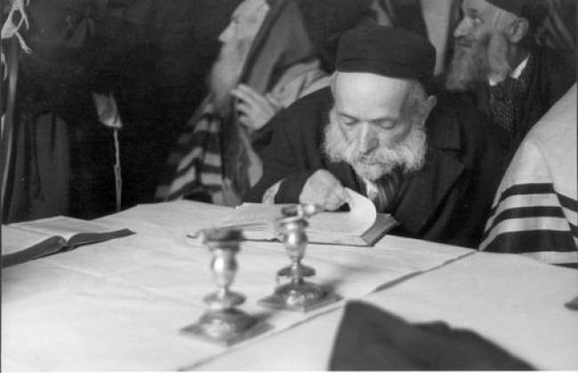 יהודי זקן לומד תורה, ברקע יהודים עטופים בטלית