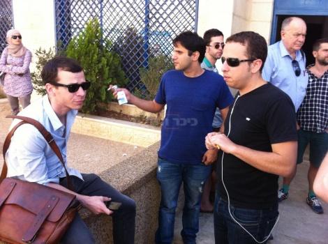העיתונאים נדב פרי ערוץ 10 ועמית סגל ערוץ 2