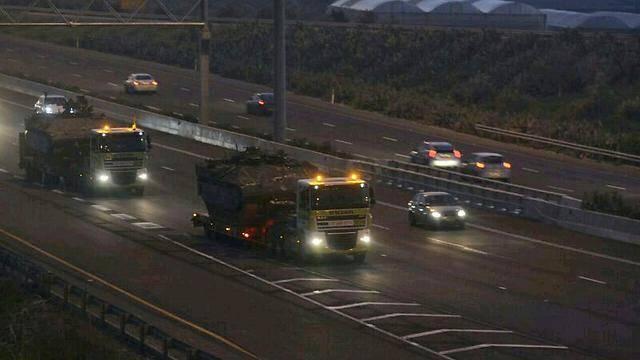 טנקים עולים לצפון, הערב (צילום: ג'ורג' גרינברג - ynet) (וידאו: עידו בקר - ynet)