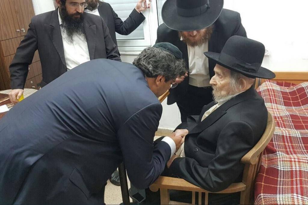 מאיר חביב מקבל את ברכת מרן ראש הישיבה