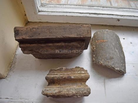 שרידי עמודי בימת בית הכנסת