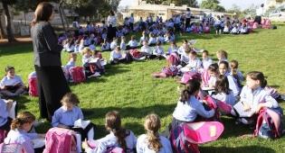 צפו: מאות תלמידות לומדות ברחוב