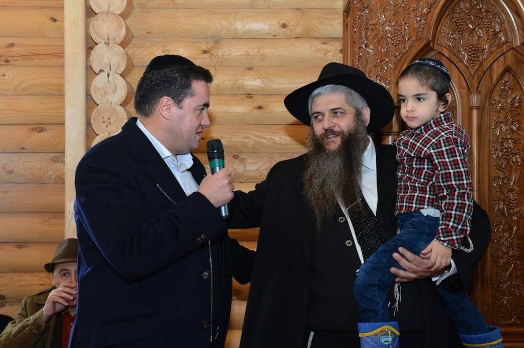 הרב משה אסמן ובנו הקטן (צילום: יוסי בלשניקוב)