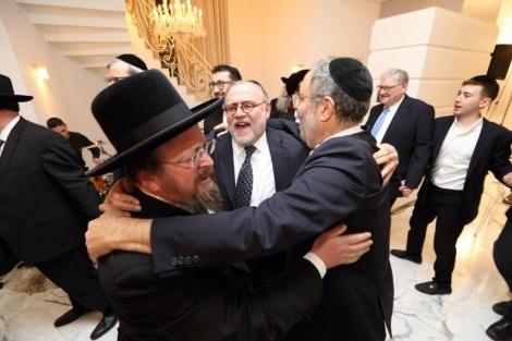 """הרב אברהם עם יו""""ר שובו אירופה ומנכ""""ל האשת בכינוס בישראל."""