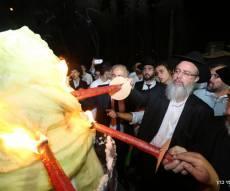 """ההדלקה המסורתית בהילולא.  - עשרות אלפי איש בהילולת הצדיק רבי משה בן טוב זצ""""ל"""