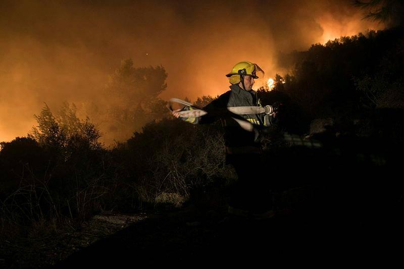 נאבקים באש (צילום: Yonatan Sindel/Flash90)