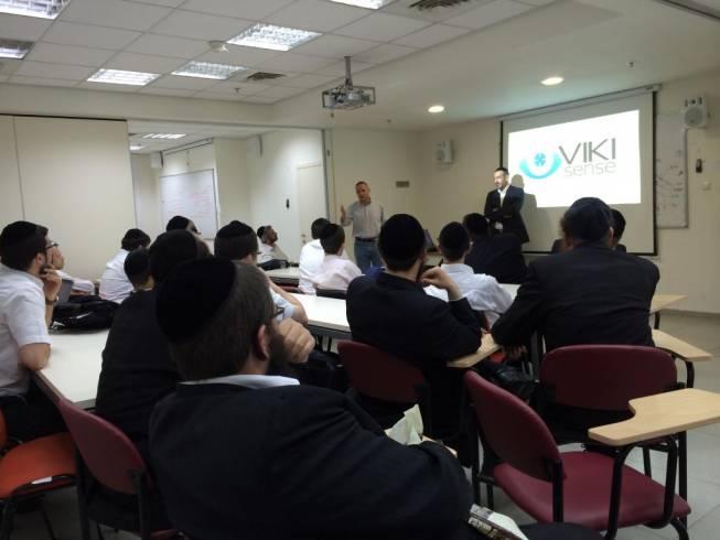 המשקיע יזהר שי בהרצאה בפני יזמים חרדים (באדיבות המצלם)