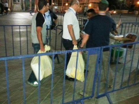 הקלפי הראשונה מגיעה לכיכר ספרא בירושלים (צילום: כיכר השבת)