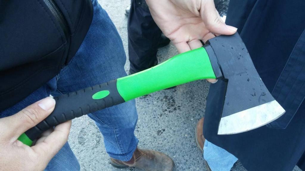 הגרזן שנתפס ברכבו של המחבל (צילום: חטיבת דובר המשטרה)